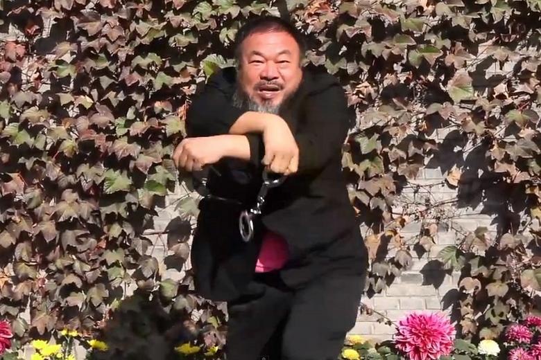 Ai-Weiwei-1-nella-sua-parodia-del-Gangnam-Syle