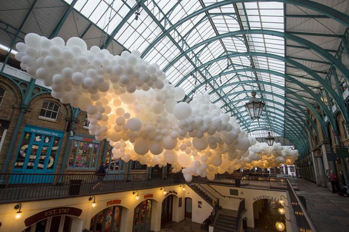 charles-petillon-heartbeat-100000-white-balloons-covent-garden-designboom-03