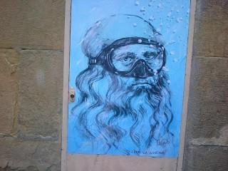 (di Daniela Grondona) (ANSA) - FIRENZE, 24 APR - Leonardo da Vinci con la maschera da sub. E da subacquea è agghindata anche la Venere del Botticelli, così come Dante Alighieri, Pablo Picasso, Caio Giulio Cesare e persino Gesù. Di recente è entrato nella galleria dei ritratti anche Gabriel Garcia Marquez, un omaggio al grande scrittore scomparso. Naturalmente, con maschera. Non è una trovata pubblicitaria. E' l'ispirazione artistica di un anonimo, fortemente anonimo writer o artista (fiorentino?) che si fa chiamare Blub. Ha affisso i suoi personaggi in molte strade e vicoli del centro storico di Firenze. Personaggi celebri del mondo dell'arte, della letteratura, della storia o figure note di altrettanto arcinoti dipinti e sculture con una maschera da subacqueo sul volto. La serie è intitolata 'L'arte sa nuotare' e in molti a Firenze si domandano che significhi. Le ipotesi e la curiosità si moltiplicano. Blub ha lasciato sue tracce anche a Roma. Ha cominciato a dipingere i suoi personaggi in Spagna. ''Ho iniziato per caso, anche se il caso per me non esiste - racconta -, poi ho continuato perché l'effetto che ha sulle persone mi porta a continuare... mi dà piacere quando mi cercano per pregarmi di rimettere una stampa dove è stata strappata, o quando sono loro stessi che la riappiccicano con del comune scotch... mi mette bene!''. Contattato via facebook attraverso la pagina che s'intitola come la serie di opere 'L'arte sa nuotare', ci ha raccontato qualcosa di sé. Ma non ha voluto rispondere a nessuna delle domande le cui risposte potrebbero renderlo riconoscibile (''non posso farti nessun identikit. Sorry!''). Non è dunque dato sapere né l'età, né la residenza. Ovviamente, non il nome. Perché volti celebri con la maschera da sub? ''Perché vorrei fosse subito riconoscibile per trasmettere il senso del messaggio...- spiega Blub -. A Firenze il Rinascimento e le sue icone artistiche.... a Roma idem e così via... In ogni città i propri personaggi. Perché visitare solo m