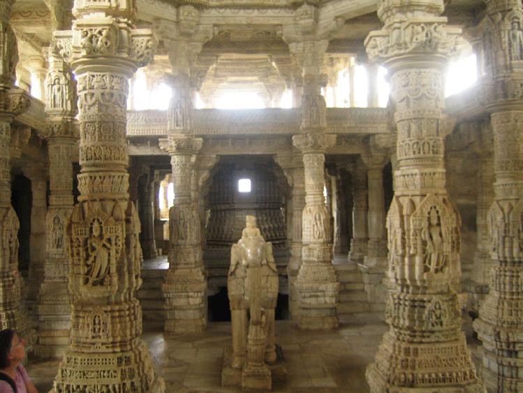 Ranakpur Chaumukha Temple particolare dell'interno